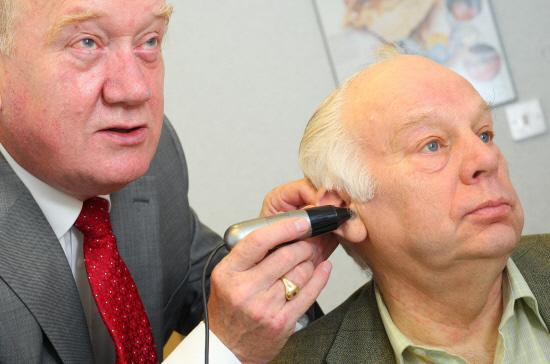 Bridgwater Mercury: £5 FOR LEGION: Ted Garrett, hearing aid audiologist, gives Bill Bestford a hearing test